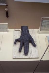 Отрубленная и замумифицированная рука Мэйдзина, хранящаяся в музее (шутка!)